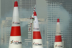 Bonhomme triumfon ne nxehtesine e Abu Dhabit, ne celjen e sezonit te Red Bull Air Race 2010