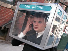 Shqiptaret 'te fiksuar' pas celularit, harrojne fiksin