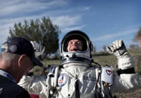 Felix Baumgartner realizon testimin final, duke u hedhur nga 29,455 metra lartesi
