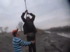 50-vjecari lidhet me litar dhe varet ne eskavator