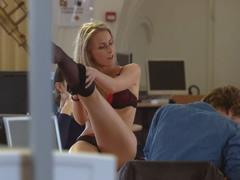 Kjo ndodh vetem ne reklame: Vazhdon te mesoje, pavaresisht striptizit