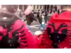 Shqiptaret hedhin valle ne mes Milanos per festat e Nentorit