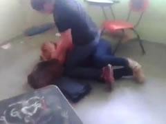 Gruaja rreh mesuesen ne mes te klases, shkonte me burrin e saj