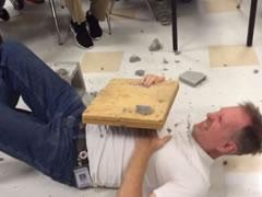 Mesuesi goditet gabimisht me sepate ne organin gjenital, shikoni reagimin e tij