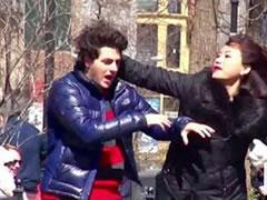 Grate rrahin burrat ne rruge, por askush nuk nderhyn