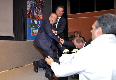 Berluskoni rrezohet nga podiumi, akuzon te majten