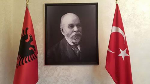 Skenderbeu dhe Ismail Qemali rrethuar me flamuj turq