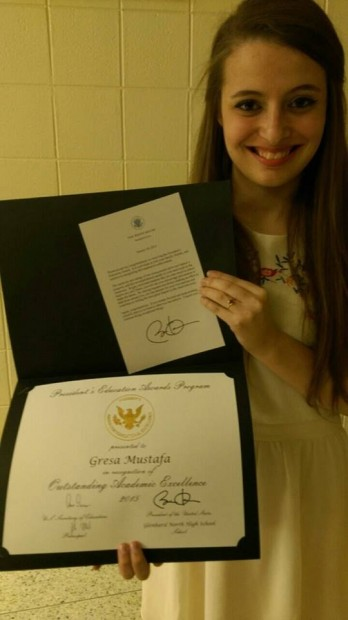 18-vjecarja shqiptare merr cmimin e ekselences nga Obama