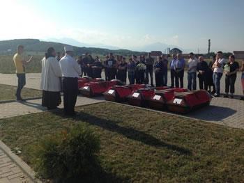Per tu mburrur! Hoxha dhe prifti i varrosin bashke deshmoret