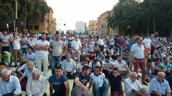 Besimtaret myslimane festojne sot Fiter Bajramin