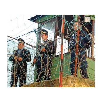 Policet e burgjeve i blejne me paret e veta uniformat dhe...