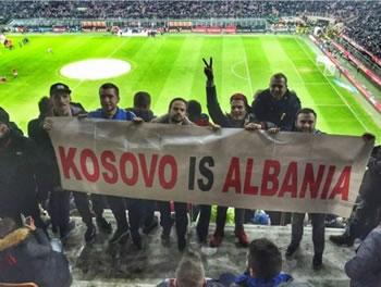 Tifozet shqiptare u pergjigjen serbeve: Kosova eshte Shqiperi!