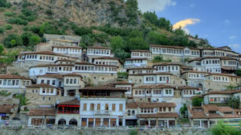 Zvicra ndihmon Shqiperine per te bere guida turistike