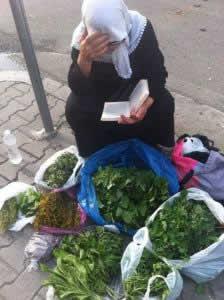 Fotoja qe po thyen rrjetin: Shitesja e majdanozit lexon liber