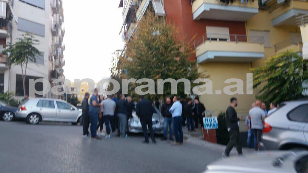Oficeret e Policise mblidhen perpara shtepise se Tahirit