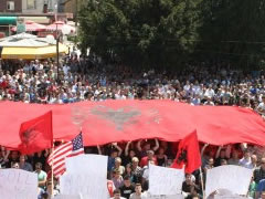 Proteste masive e shqiptareve te Lugines se Presheves