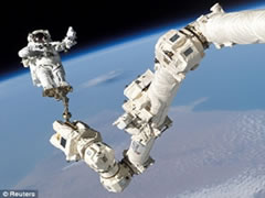 Astronautet flasin per jeten ne hapesire