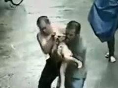 Kine, femija bie nga ballkoni, e presin 2 kalimtare