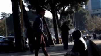 Si reagojne qytetaret e Tiranes kur dhunohet nje i pastrehe