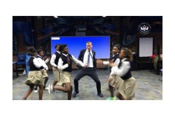 Video: Profesori kercen Hip-Hop me studentet, shkallon rrjeti social