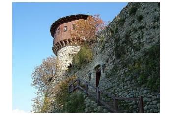 Ekspertet vene ne dyshim planet e qeverise per te dhene me qira keshtjellat