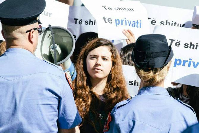 Studentja sulmon me salce domate Ministren Nikolla