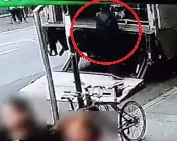 BOTA I pasur per 5 minuta? Shihni si e grabit koven me para nga makina e blinduar (VIDEO)